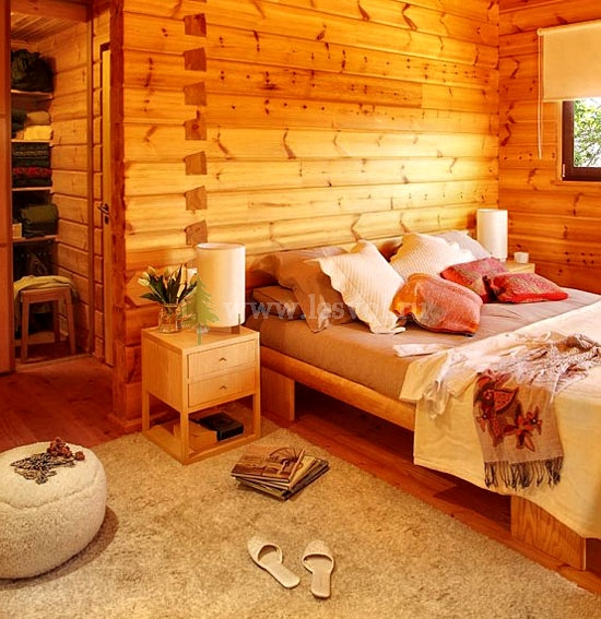 Интерьер спальни в деревянном доме фото