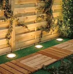 Наружное освещение деревянной дорожки и забора на участке