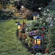 Освещение лужайки и клумбы на участке оригинальными светильниками