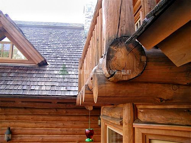 Внешний балкон в деревянном доме.